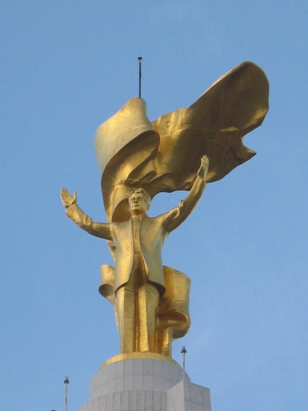 het_grootste_standbeeld_van_turkmenbashi_3406778102.jpg