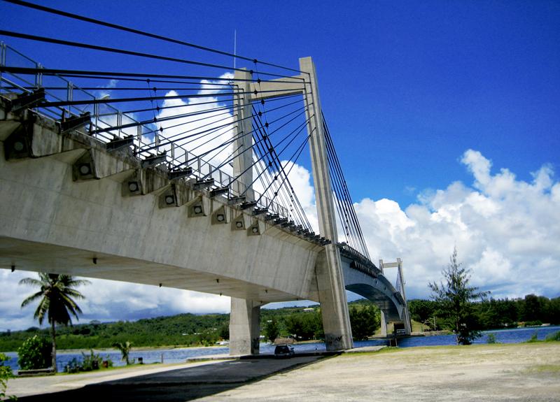 A 413 méter hosszú Koror-Babeldaob-híd, amely az egykori fővárost köti össze az ország legnagyobb szigetével. Az előző hidat egy vihar pusztította el, az új építmény 2002-re készült el jelentős japán támogatással (a neve ezért hivatalosan a Japán-palaui Barátság Hídja. (forrás: Wikipedia)