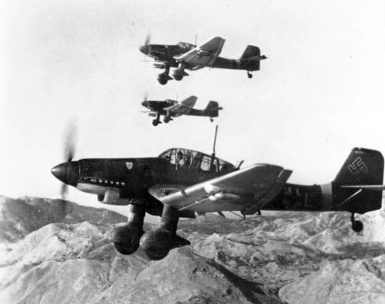 junkers_ju_87ds_in_flight_oct_1943.jpg