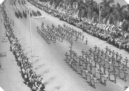 Portugál katonai felvonulás Angola fővárosában, Luandában. (forrás: Wikipedia)