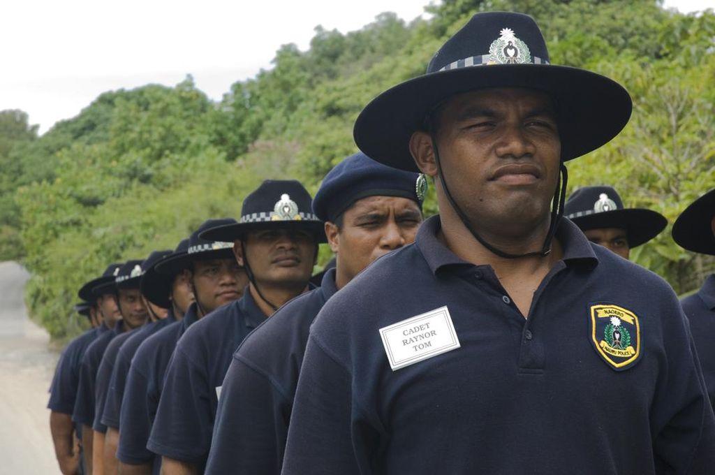 Nauru nem rendelkezik reguláris haderővel. Védelméről szükség esetén (ha valakinek egyáltalán eszébe jutna megtámadni) Ausztrália gondoskodna. A képen kiképzés alatt álló rendőrök pózolnak. (forrás: Wikipedia)