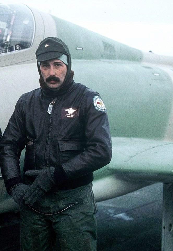 Argentin pilóta (Owen Crippa hadnagy) MB-339-es repülőgépe előtt. (forrás: Wikipedia)