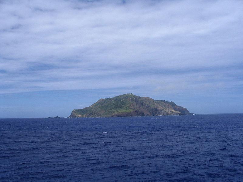 pitcairn_island_in_the_distance.jpg