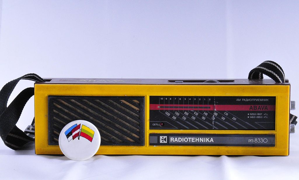 portable_radio_and_badge_for_the_baltic_unity_from_1989_latvia.JPG