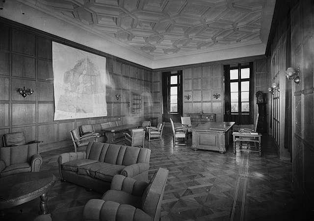 quisling_s_office_at_the_royal_palace_1945.jpg