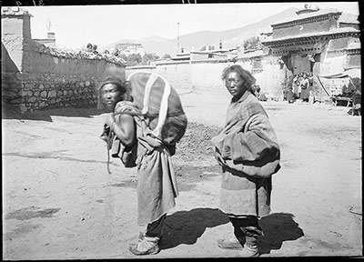 ragbya_carries_corps_from_lhasa_for_sky_burial.jpg