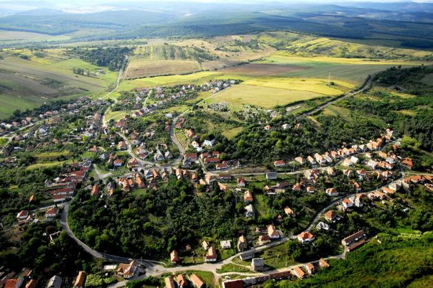 Nem csak a tó, de maga a kisváros is szép környezetben helyezkedik el. (forrás: rudabanya.hu)
