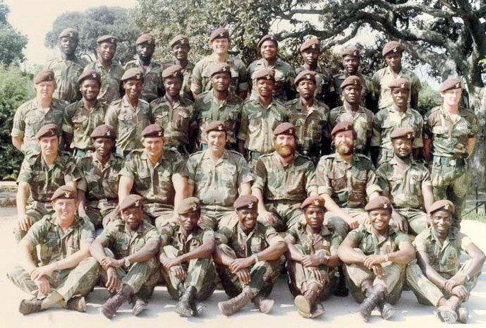 Csoportkép a Selous Scouts nevű rodéziai különleges alakulat néhány tagjáról. Az állományban szép számmal képviseltették magukat a helyi fekete közösség Rodéziához hű tagjai is. (forrás: sofrep.com)