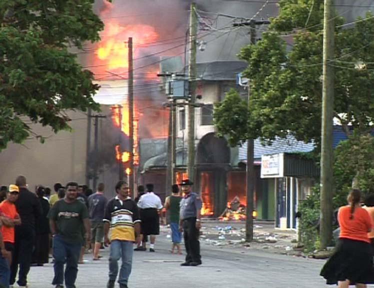 Tongán sem csak játék az élet: 2006. november 16-án hat halálos áldozatot követelő tüntetéshullám söpört végig a fővároson, amelyet követően szükségállapotot hirdetett a kormány, s csak a hadsereg tudott rendet tenni. (forrás: Wikipedia)