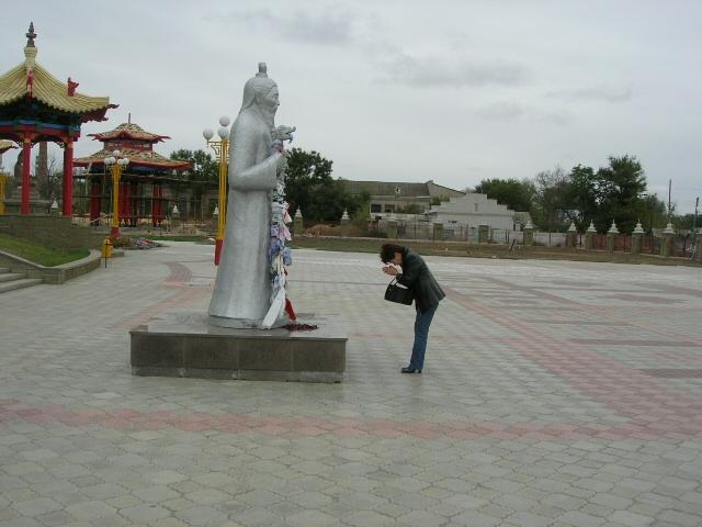 A kalmükök közel negyven százaléka bevallottan buddhista vallású - nagy részük napi szinten gyakorolja hitét. (forrás: Wikipedia)