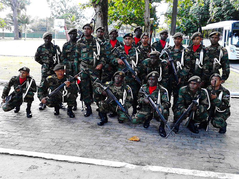 Suriname-i katonák egy brazíliai hadgyakorlaton. Az ország egy kislétszámú (alig kétezer fős), de professzionális haderőt tart fenn. (forrás: Wikipedia)