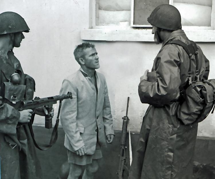 swedish_troops_detain_white_katangese_sniper.jpg
