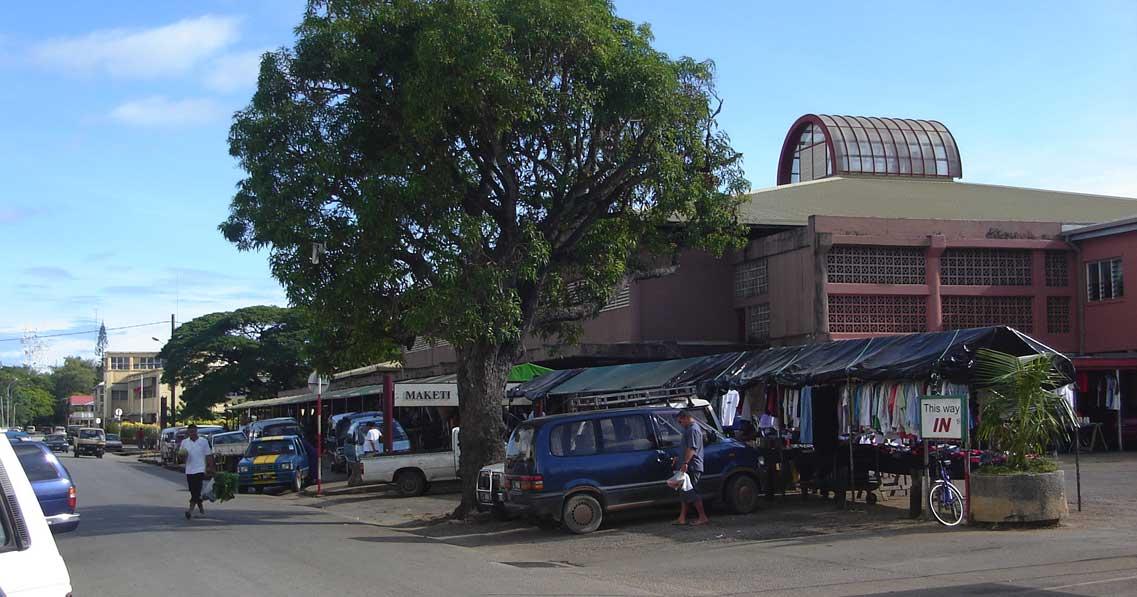 Piac Nuku'alofában. A helyi gazdaság legfontosabb ágazata a mezőgazdaság. (forrás: Wikipedia)
