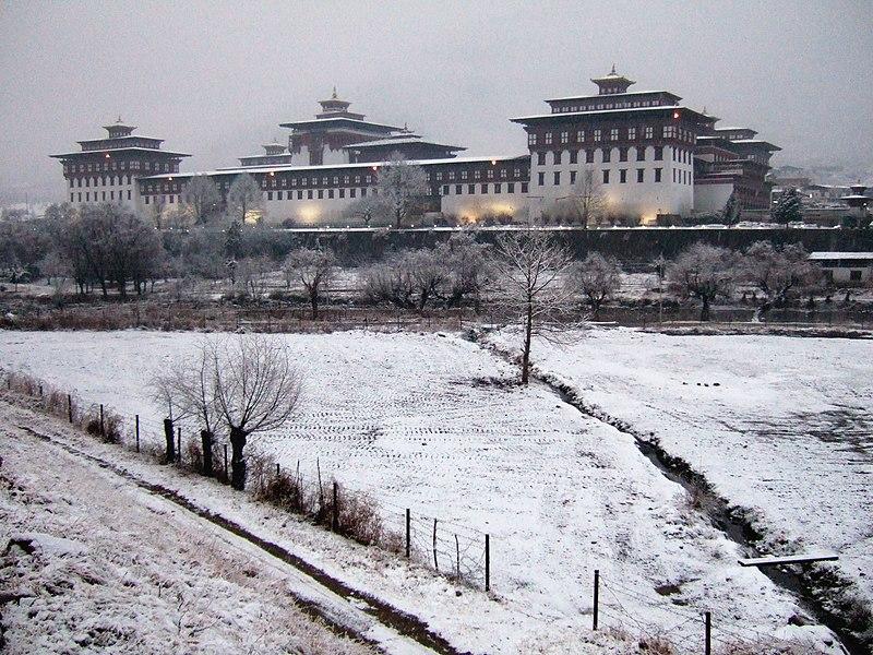 A Taschichho Dzong Timpuban, amely a belügy- és pénzügyminisztérium mellett a király hivatalának is otthont ad. (forrás: Wikipedia)