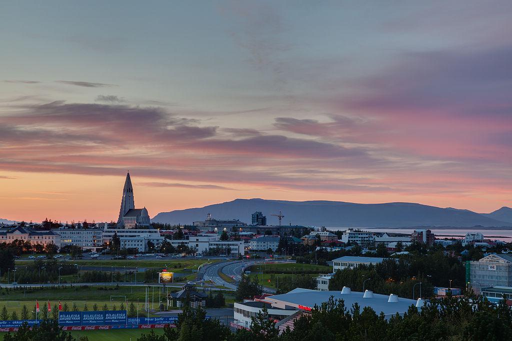 Reykjavíki városkép. Nyáron az északi sarkkör közelsége miatt hosszú időn keresztül világos van, míg télen a sötétség az úr. A település egyébként a világ legészakibb fővárosa. (forrás: Wikipedia)