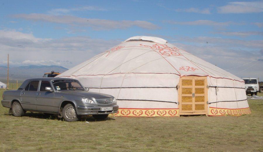 Múlt és jövő jól megfér egymás mellett Tuvában. A helyiek egy része az évtizedes letelepítési törekvések ellenére mind a mai napig nomád életmódot folytat. (forrás: Wikipedia)