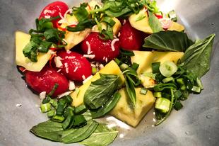 Zöldmangó-saláta, és magától megszólaló mangalicatarja a chilispecialistánál