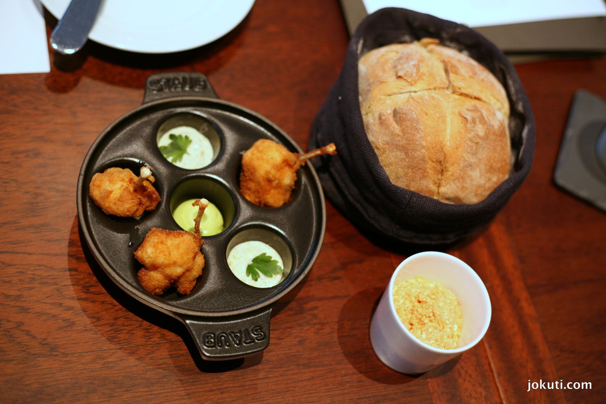 Békacomb, rilette, saját kenyér (a kenyeres tálban egy kis melegen tartó lap gondoskodik róla, hogy végig őrizze a hőmérsékletét)