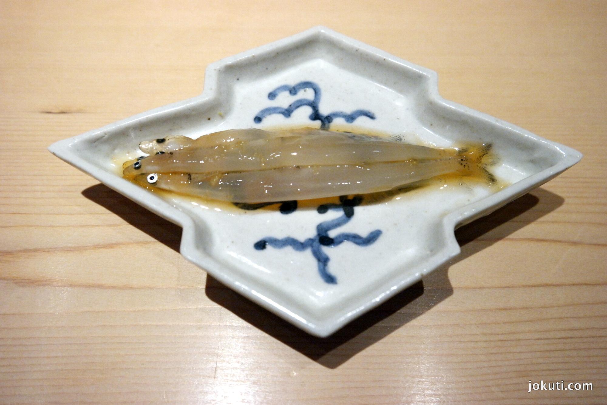 Shirauo ('japán szardella' vagy jéghal), az új év üdvözlésére.<br />