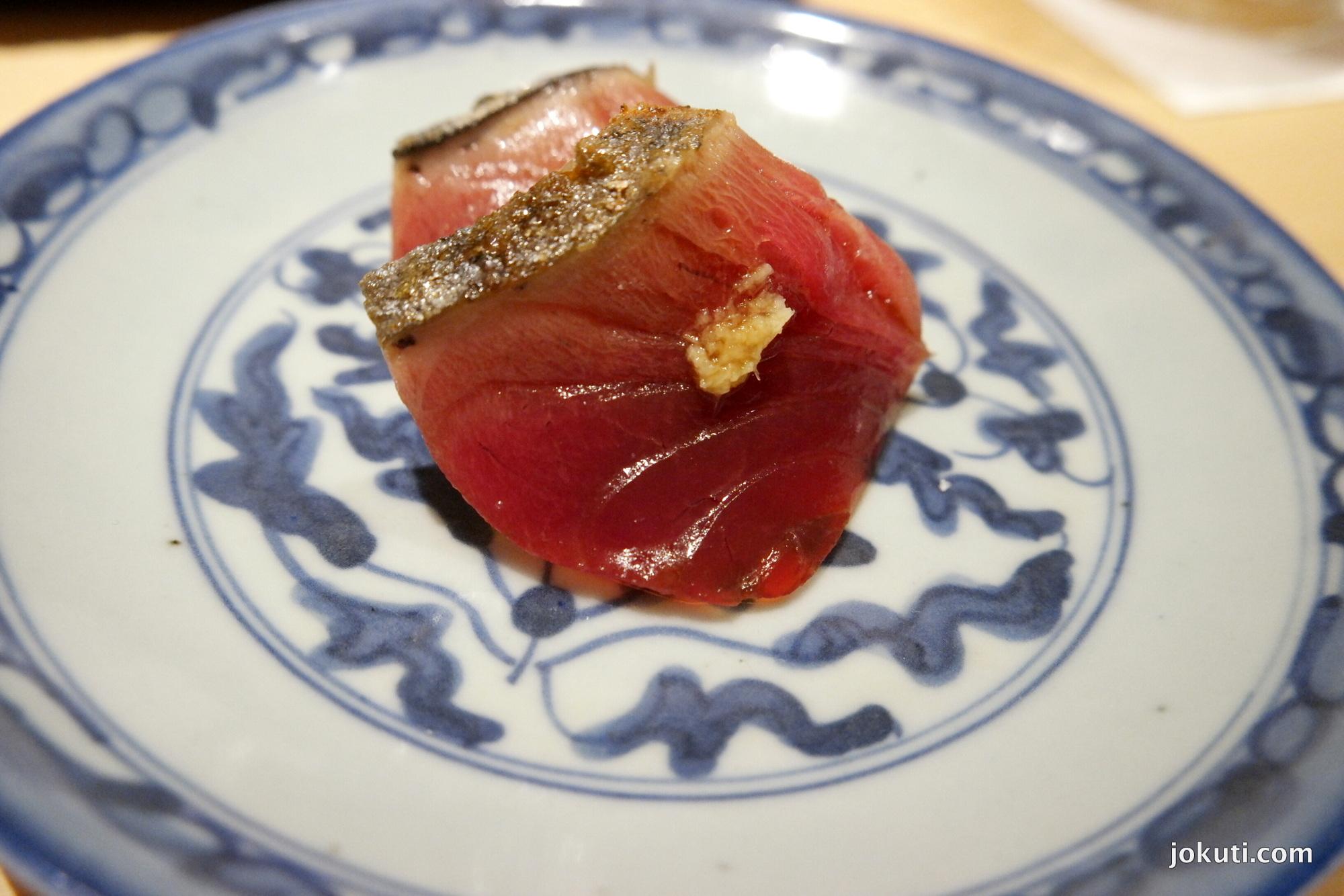 Katsuo zuke (marinált bonito (ebből a halból készül a katsuobushi, azaz a bonitopehely is, ami a japán alaplé, a dashi egy kulcsalapanyaga))<br />