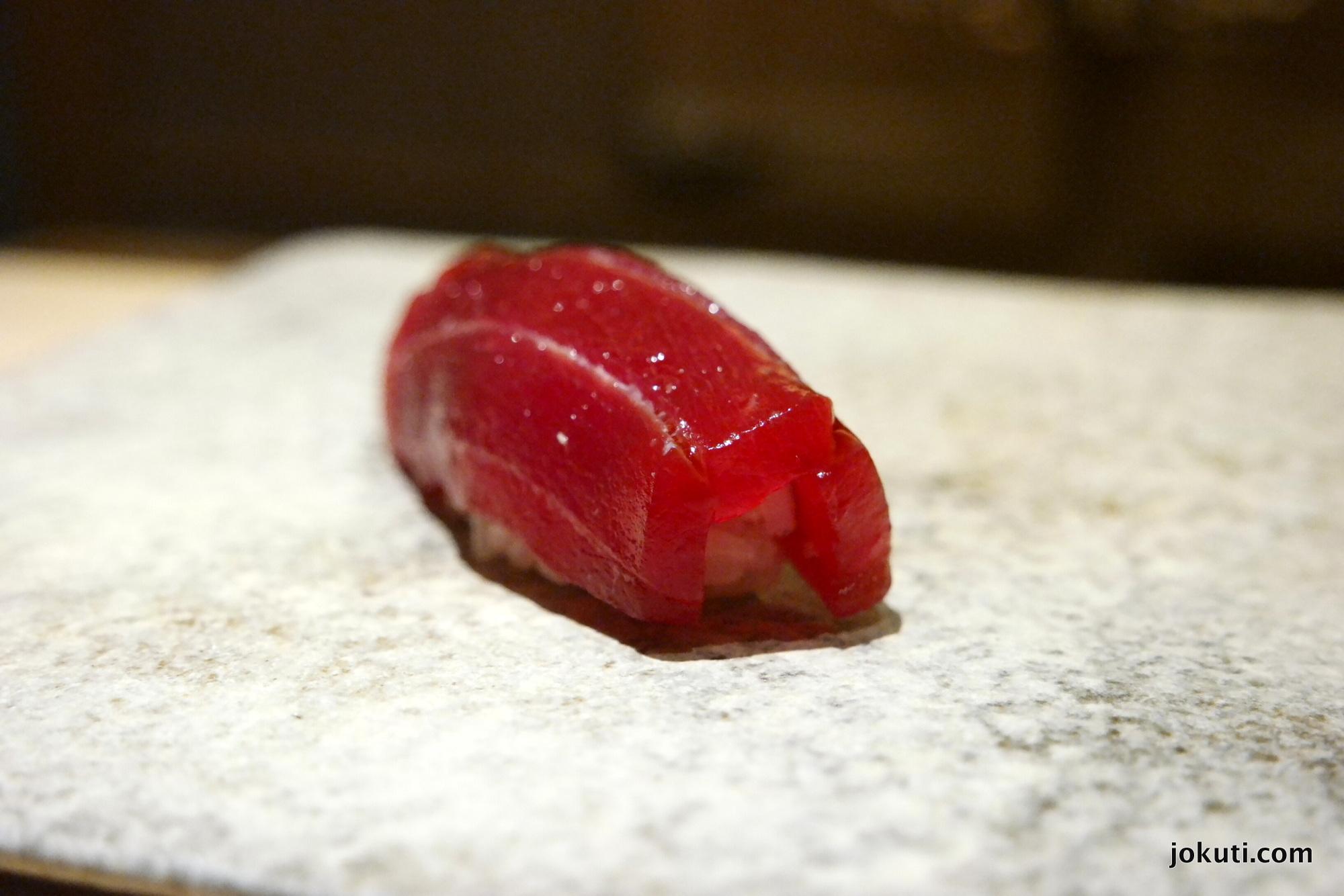Akami zuke (kékúszójú tonhal hasaaljának a legkevésbé zsíros része, marinálva)<br />