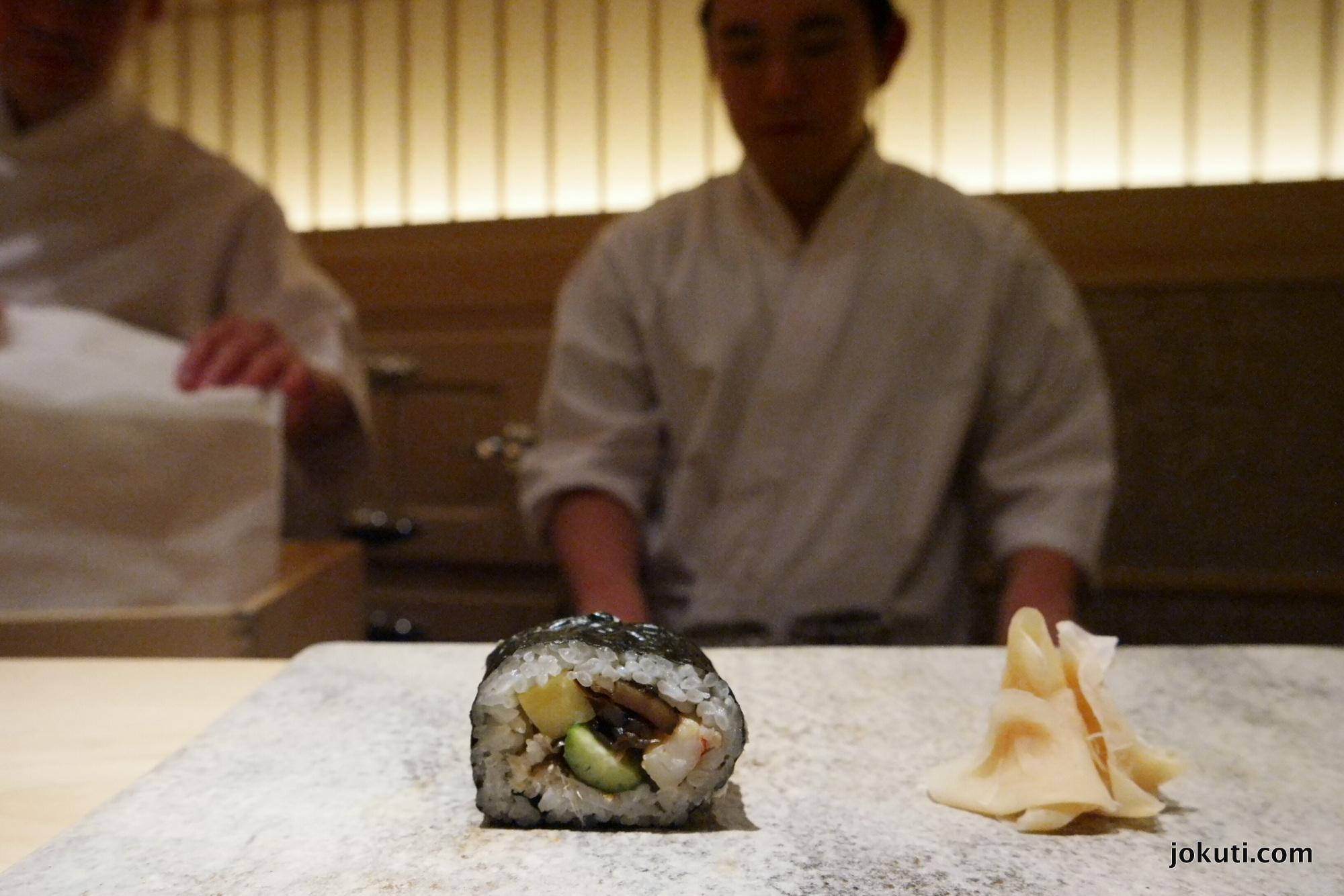 Futomaki (anago (tengeri angolna), tamago (tojás), garnéla, kanpyo (tökféle, szárítva kerül bele), uborka)<br />