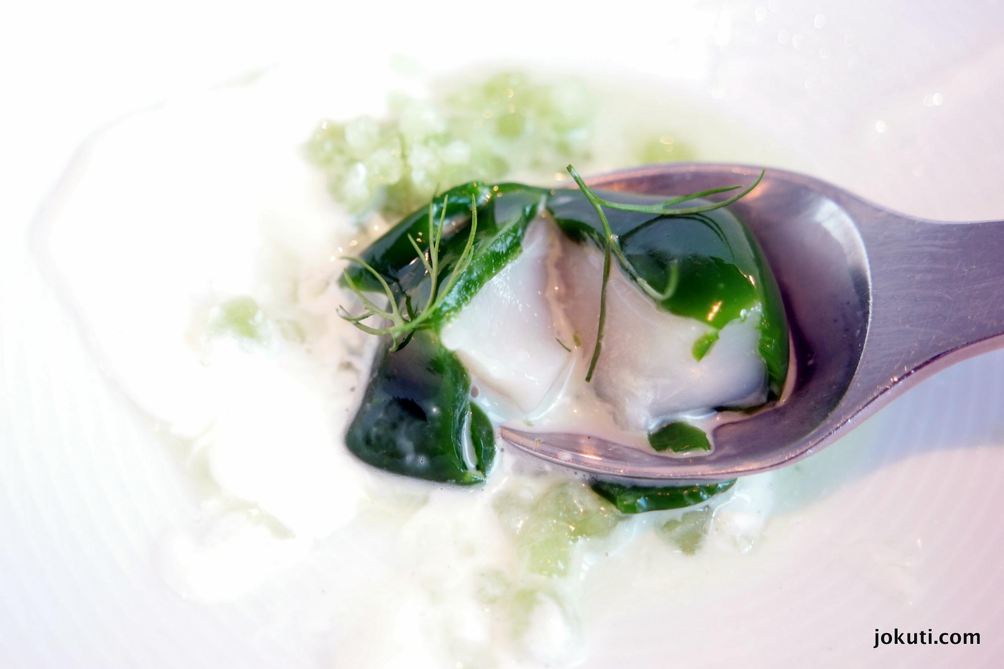 A kagyló<br />'Kaporkő' - Szent Jakab kagyló, torma és savanyított uborka szorbé<br />Az egyik leghíresebb Geranium-klasszikus. Fantasztikusan friss íz, meglepő módon erősen emlékeztet a tejfölöd uborkasalátára :)