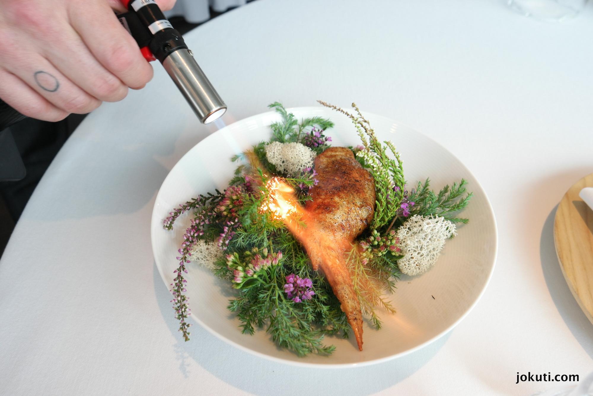 Csirke borókaaromával, salátaszár, szénasör és keserű füvek.