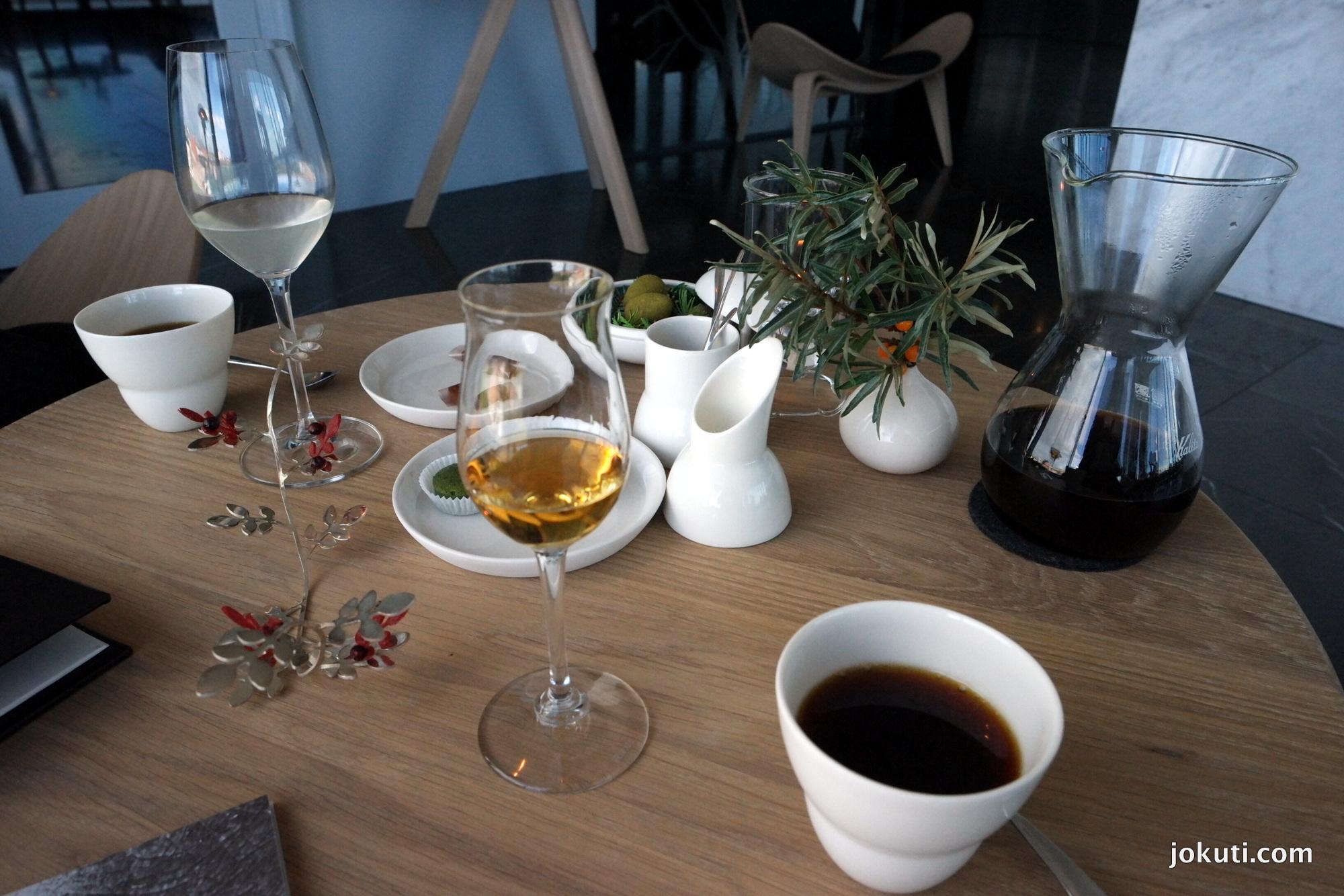 Petit four - 'vörös áfonya bokor' céklával, hagymakaramell sárgaszilvával, tökmagolajsüti, zöld tojás fenyőmaggal