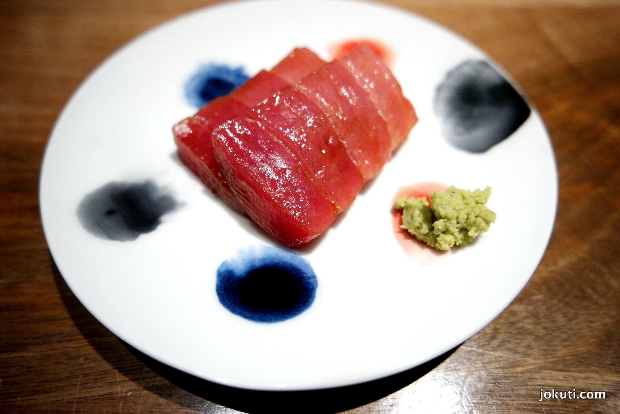 Kék úszójú tonhal sashimi szójaszószban marinálva.