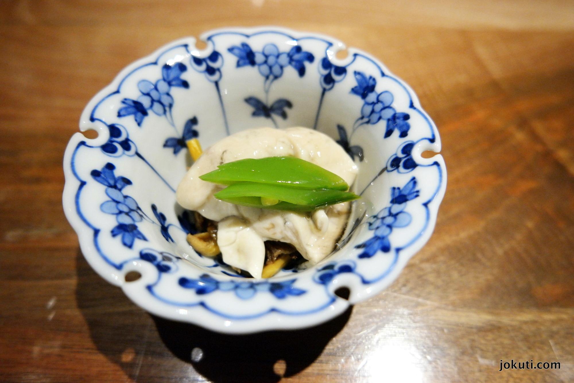 Pearl Blanche No. 2 osztriga sóban marinálva, fekete trombitagombával és cukorborsóval.