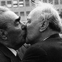 Hit elvtársi csókok