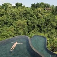 Medence Bali dzsungelében