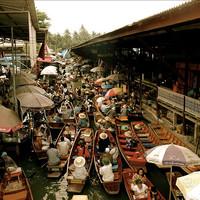 Különleges thai piac, melyet egy vasúti sín szel ketté