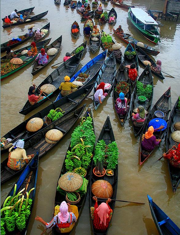 Banjarmasin, Indonézia floating market (by Hary Muhammad).jpg