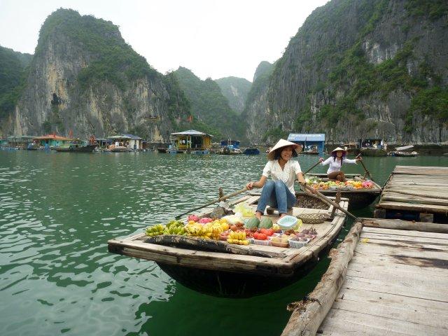 Halong Bay,Vietnám,úszó piac.jpg