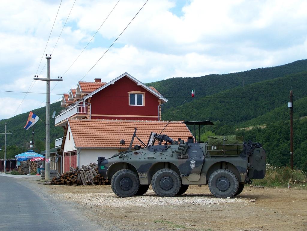 Harci jármű az út mellett.jpg