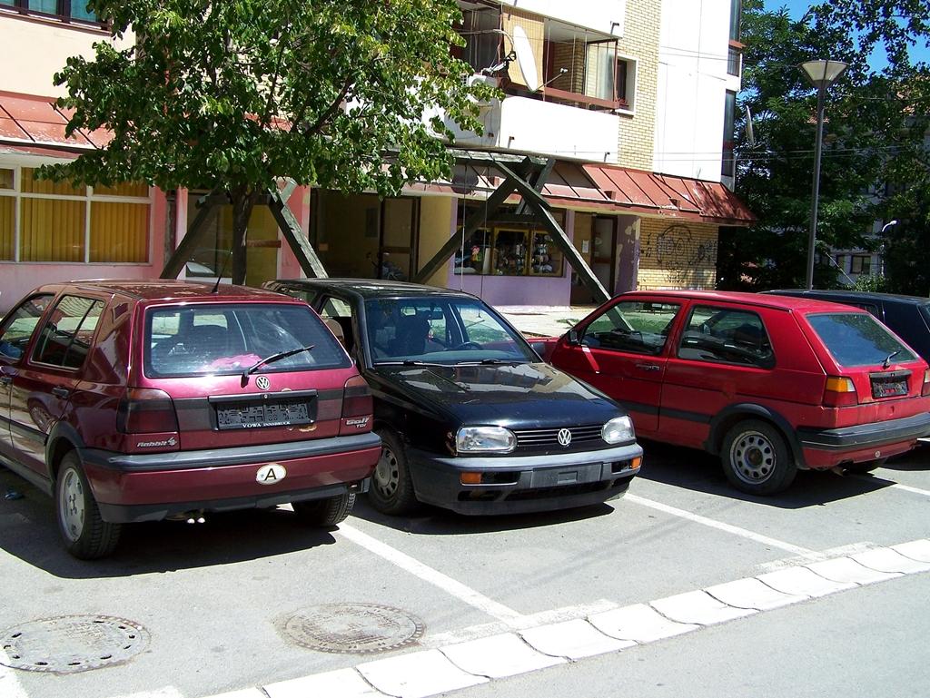 Zubin Potok, rendszám nélküli autók.jpg