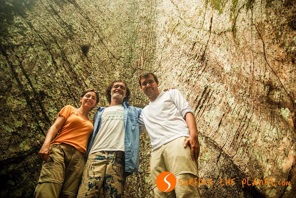 Kép 1 - Gil és mi egy hatalmas fa elott.jpg