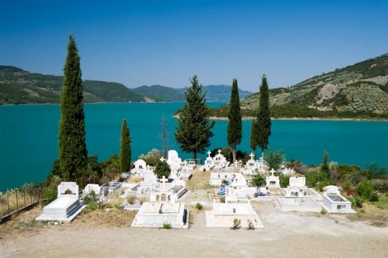 Kremaston tó partján,fehér görög temető.jpg