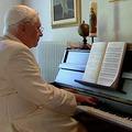 Joseph Ratzinger (XVI. Benedek emeritus pápa) zongorázik – VIDEÓ