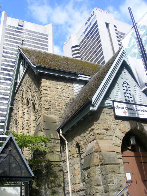 kis templom a toronyházak tövében.jpg