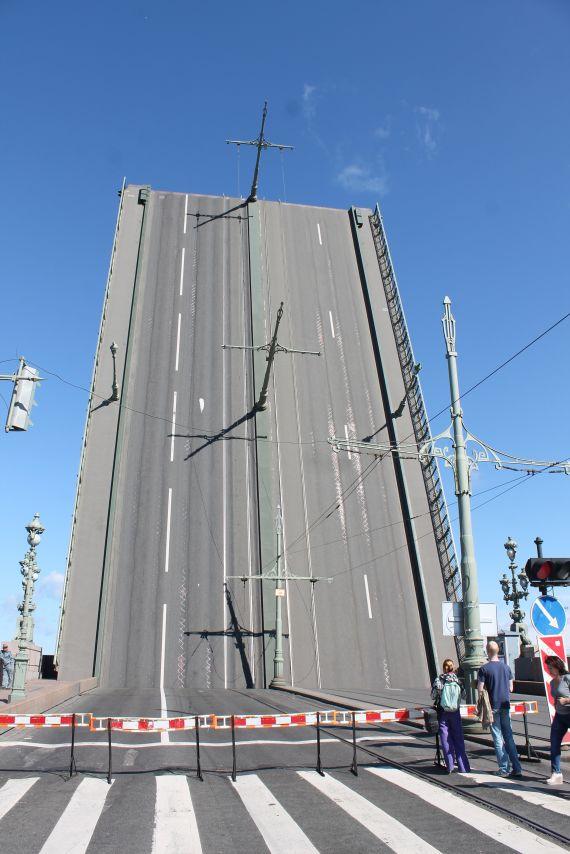 Felnyitott híd