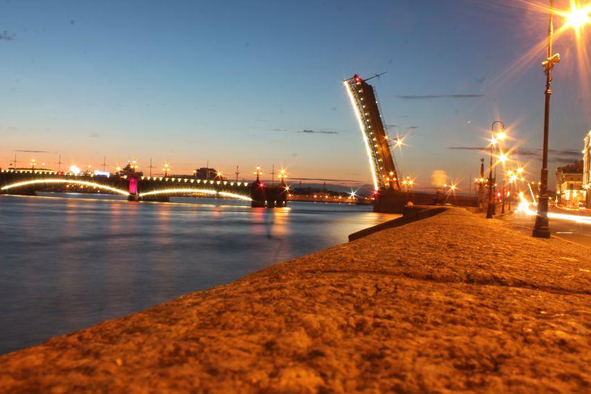 Felnyitott híd a Néván