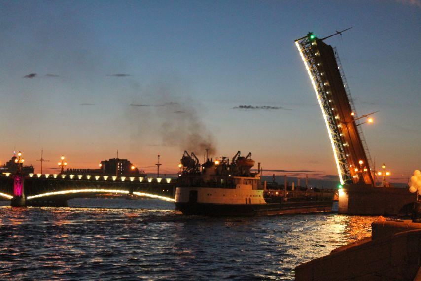 Hajó halad át a felnyitott híd alatt