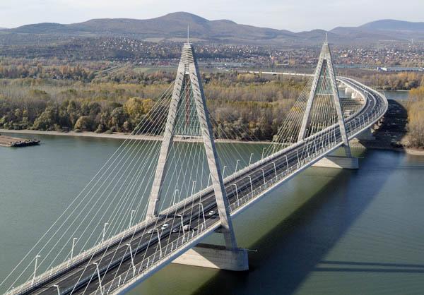 A ferdekábeles megyeri híd