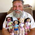 Vitiligós babákkal segít a gyerekeknek egy nagypapa