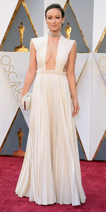 olivia_wilde_in_valentino_haute_couture_with_neil_lane_jewelry_and_a_roger_vivier_clutch.jpg