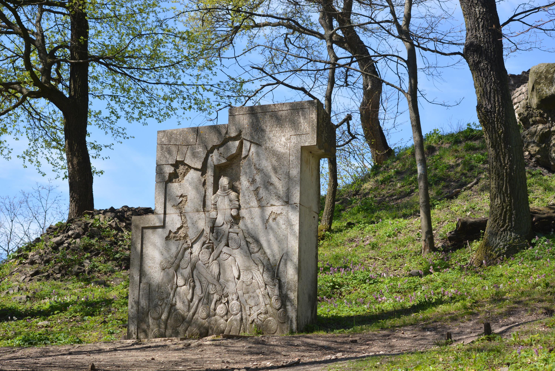 a hős várvérdőknek is emléket állítottak a vár romjainál