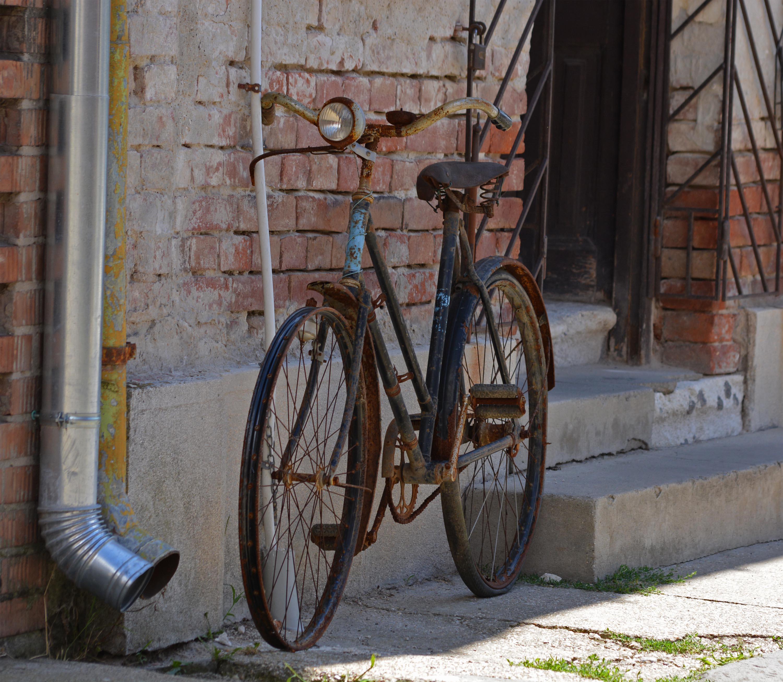vajon mióta van a kocsmában a bringa tulajdonosa?